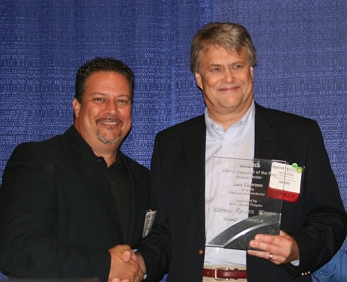 Andres Carvallo, Innotech 2007 Chair presents Sam Coursen with his IT Executive of the Year award